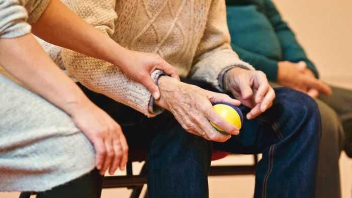 Unterstützung für alte Person